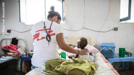 Ärzte ohne Grenzen Mitarbeiter und ein krankes Kind