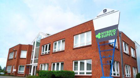 La empresa HybridSupply Ltd. fue fundada en octubre de 2006 en Beckum (Westfalia) por tres accionistas. El director general Oskar Kowalski tenía sólo 21 años y estaba en su primer año de formación como comerciante mayorista y de comercio exterior.
